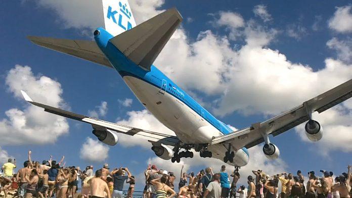 Maho Beach - tu samoloty lądują nad głowami