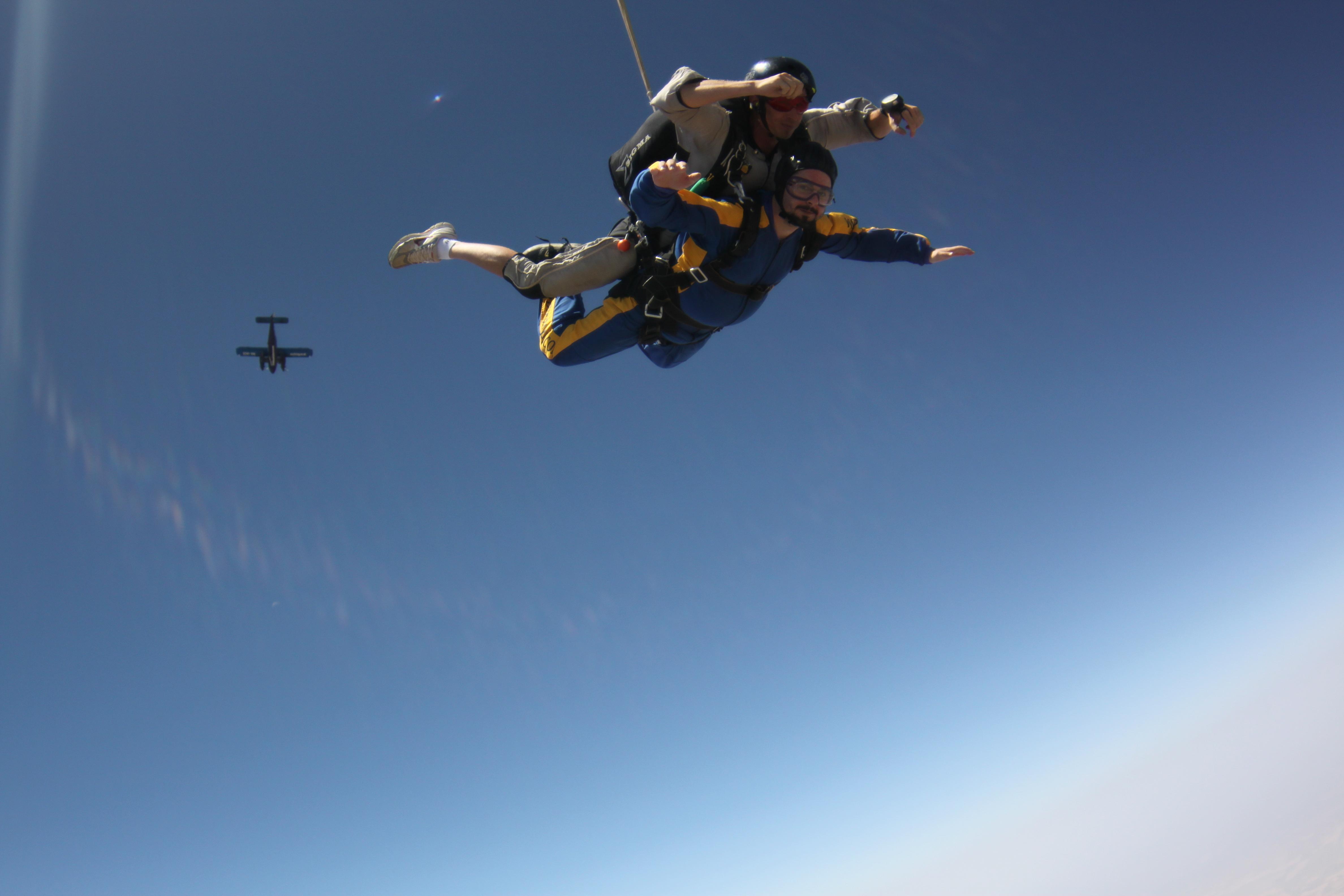 Skok ze spadochronem prezent