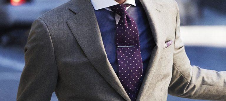 Czy krawat powinien być dobrany pod kolor sukienki partnerki?